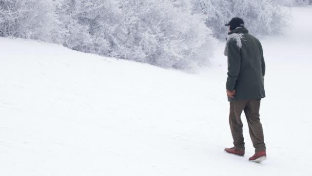 stockvideo's en b-roll-footage met winter einden - senior man op een sneeuw - langzaam