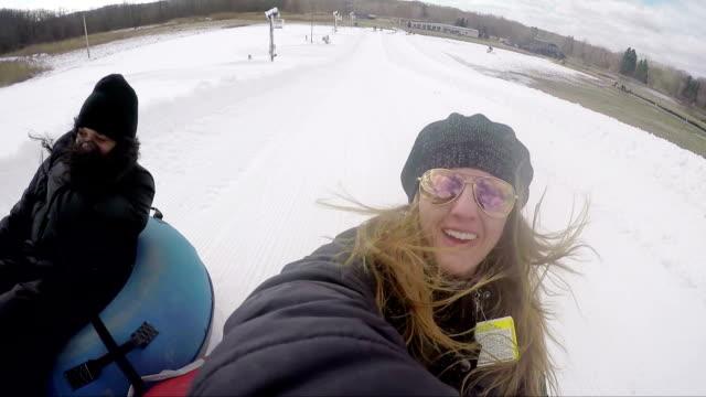 vídeos y material grabado en eventos de stock de saltos de invierno - nieve tubo hombre y mujer - tobogan