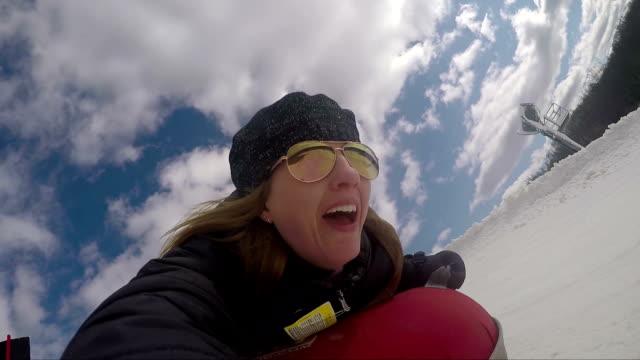 vídeos y material grabado en eventos de stock de saltos de invierno - nieve tubo mujer - tobogan