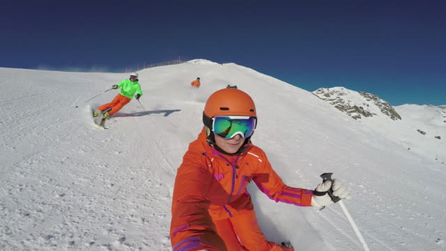 vídeos de stock e filmes b-roll de winter breaks, three good skiers skiing on sunny winter day - casaco de esqui