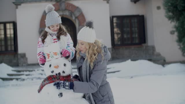 winter-kurzurlaub  - schneemann stock-videos und b-roll-filmmaterial