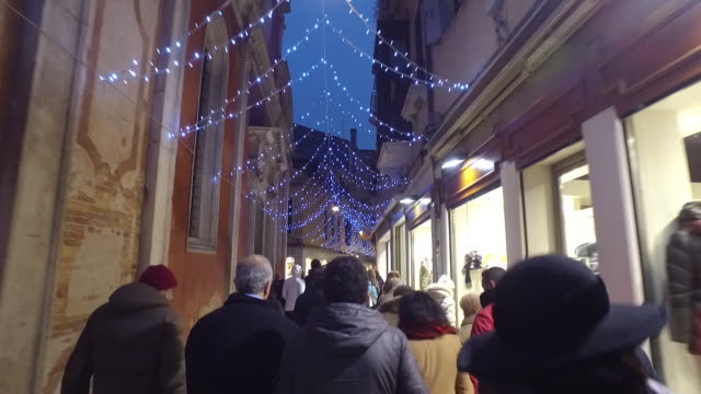 vídeos de stock, filmes e b-roll de winter busy street walking in venice - ponto de vista de caminhada
