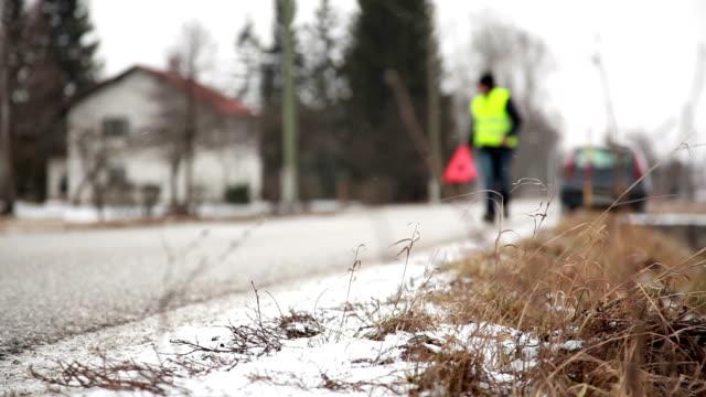 vídeos de stock e filmes b-roll de hd-inverno avaria no carro - sinal de perigo