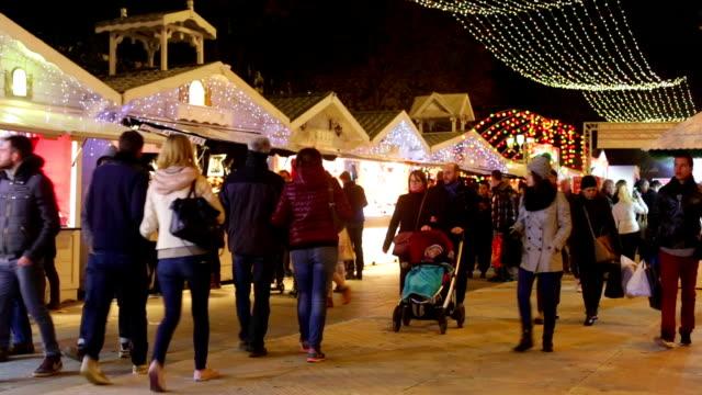 inverno natale shopping folle a parigi - parigi video stock e b–roll