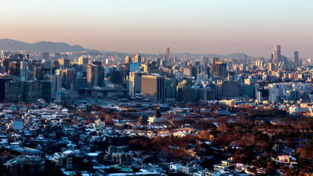 stockvideo's en b-roll-footage met winter cityscape with gyeongbokgung palace (one of the five grand palaces in seoul) / jongno-gu, seoul, south korea - straatnaambord