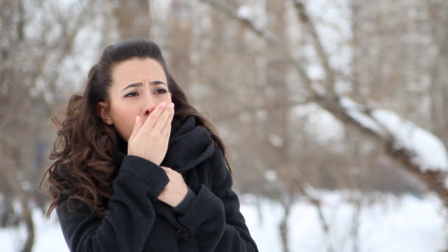 vídeos de stock, filmes e b-roll de inverno tosse - tossindo