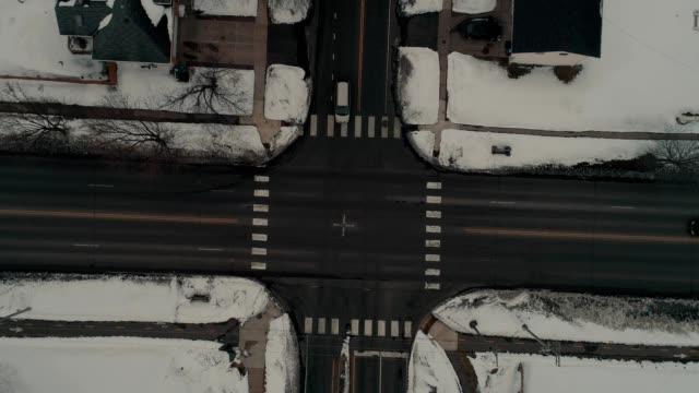 stockvideo's en b-roll-footage met winter cross street traffic in saint paul minnesota - st. paul minnesota