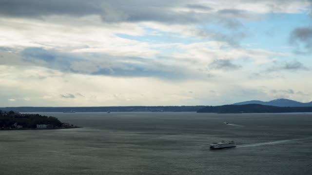 vídeos y material grabado en eventos de stock de winter daytime aerial time lapse of low clouds moving perpendicular to high clouds over elliot bay (seattle, wa) with views of the olympic mountains in the background - bahía de elliott