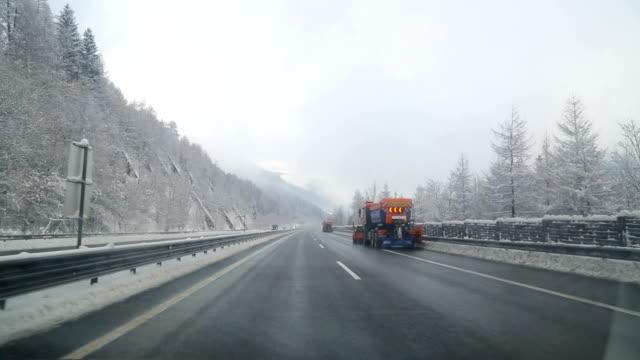 vídeos de stock, filmes e b-roll de inverno de condução na áustria - para brisa