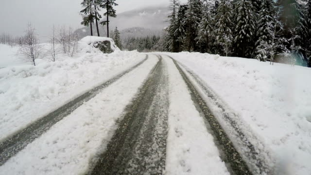 冬のゴルフ練習場で、滑りやすい路面の道路
