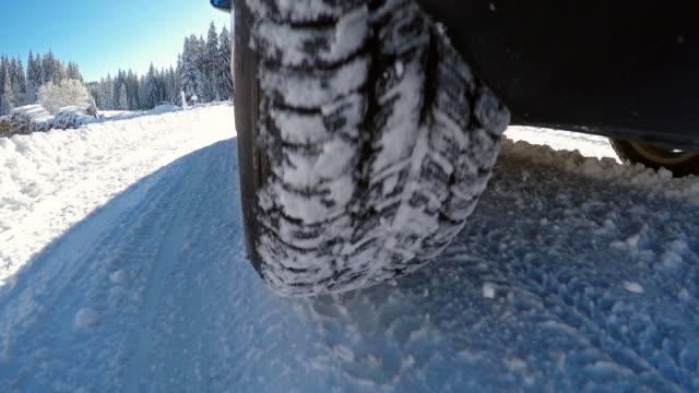 vídeos de stock, filmes e b-roll de condução em estrada coberta de neve do inverno - tyre