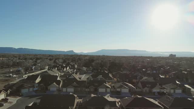 vídeos y material grabado en eventos de stock de winter early morning sunrise vista aérea de western usa suburb 4k drone video series - grand junction