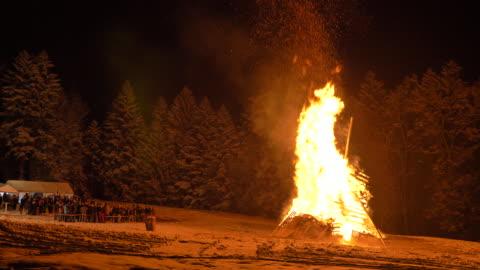 vinter vräkning vintern slutet - vedbrasa bildbanksvideor och videomaterial från bakom kulisserna