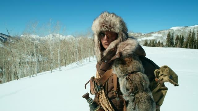 vidéos et rushes de explorateur d'hiver - chasseur