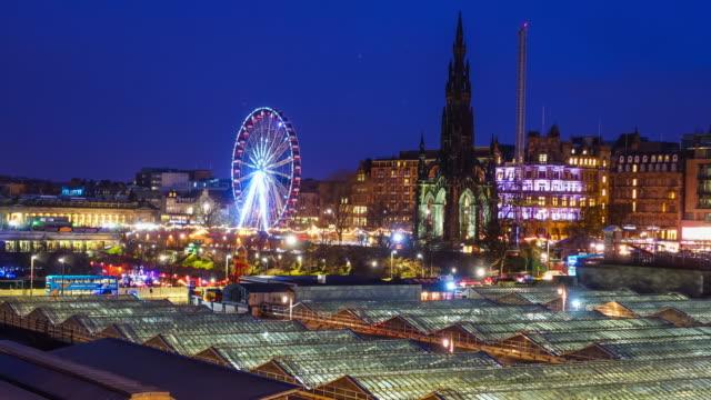 vídeos de stock e filmes b-roll de winter festival in old town edinburgh at night, scotland uk - escócia