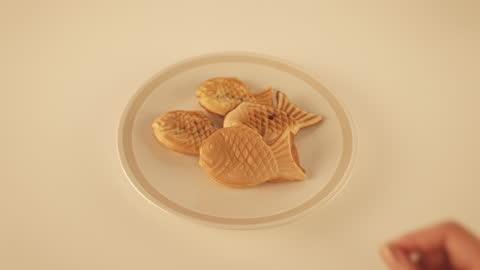 vídeos y material grabado en eventos de stock de winter food - bungeoppang(fish shaped bread) on plate - comida coreana