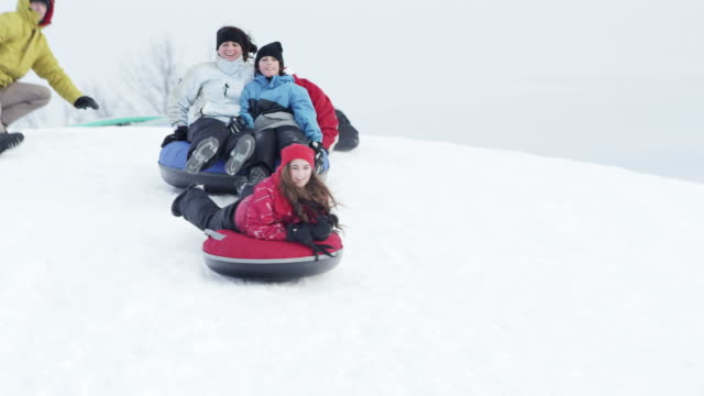 vidéos et rushes de loisirs d'hiver - glisser
