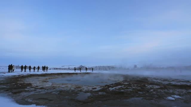 vídeos de stock, filmes e b-roll de winter, geothermal springs at the strokkur geysir, pingvellir national park, southwestern iceland - gêiser strokkur