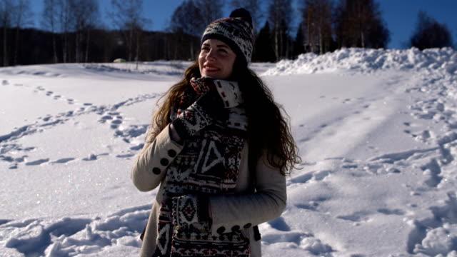 vidéos et rushes de fille d'hiver - châle