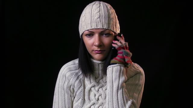 Winter Mädchen mit Handy