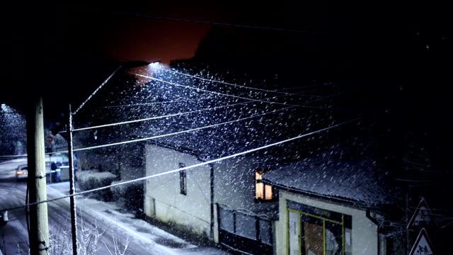 winter idylle - schneeflocken stock-videos und b-roll-filmmaterial