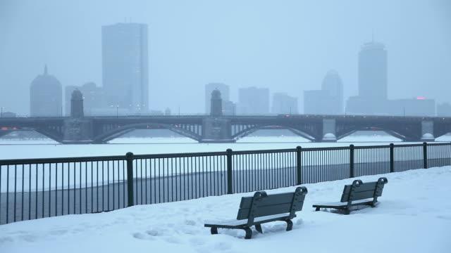 vidéos et rushes de hiver à boston - pont longfellow