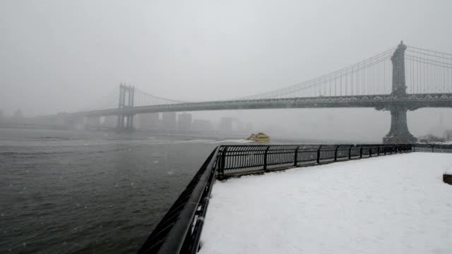 vídeos y material grabado en eventos de stock de invierno en nueva york - puente colgante