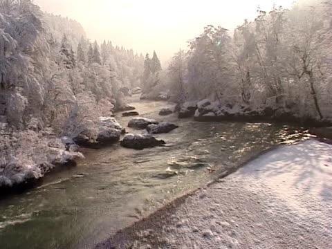 スロベニアから冬に屋外の川、谷 sava - winter点の映像素材/bロール