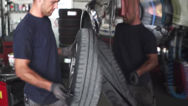 vídeos y material grabado en eventos de stock de se acerca el invierno - cambiar los neumáticos - neumatico