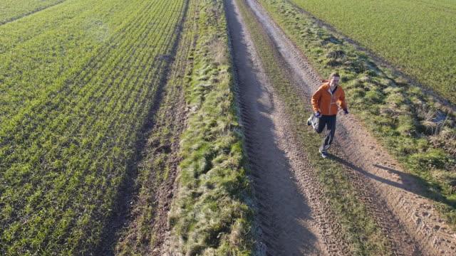 winter jogging - drone point of view - cappotto invernale video stock e b–roll