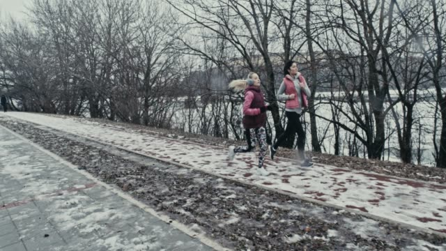 winter joggen - ohrenschützer stock-videos und b-roll-filmmaterial