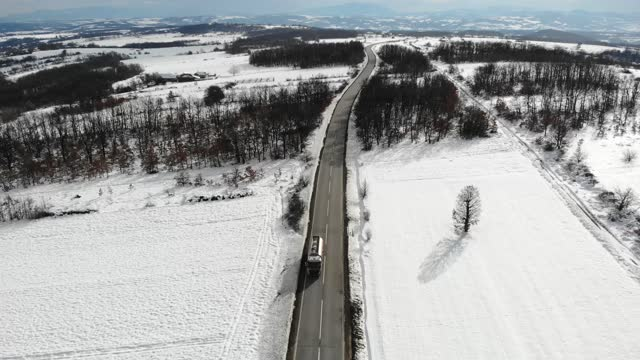 冬の風景。その上に車両と冬の道路の空中写真。凍った冬の森 - winter点の映像素材/bロール