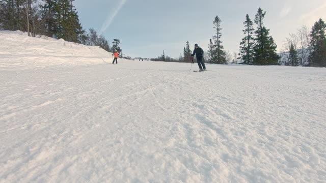 stockvideo's en b-roll-footage met winter landschap helling skiën sneeuw op de camera in slow motion - sweden