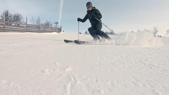 winterlandschaft pistenskischnee vor der kamera in zeitlupe - sweden stock-videos und b-roll-filmmaterial