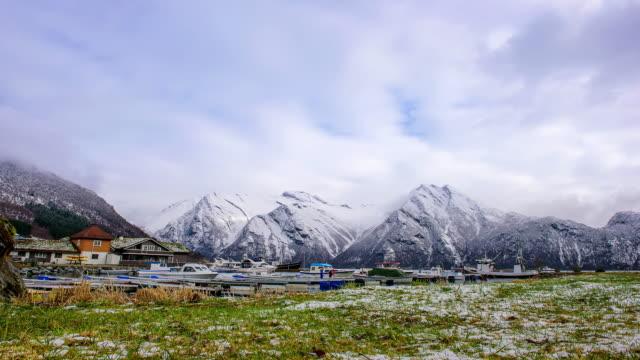 TIDSFÖRDRÖJNING: Vinter landskap snötäckta berg. Lofoten Norge