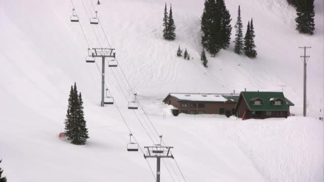 Invierno paisaje con un ascensor de esquí y de cabina.