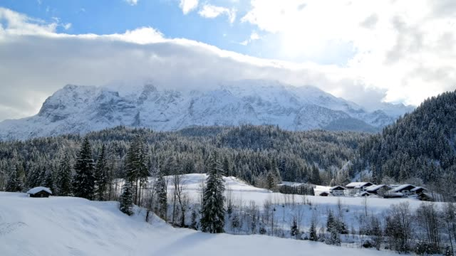 vídeos de stock, filmes e b-roll de winter landscape with wetterstein mountain and sun, elmau, garmisch-partenkirchen, upper bavaria, bavaria, germany, european alps - montanhas wetterstein
