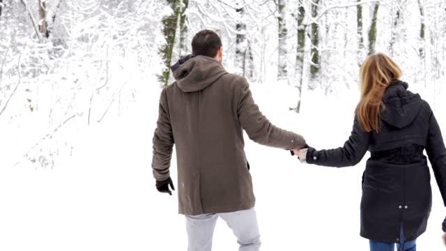 winter liebe - wintermantel stock-videos und b-roll-filmmaterial