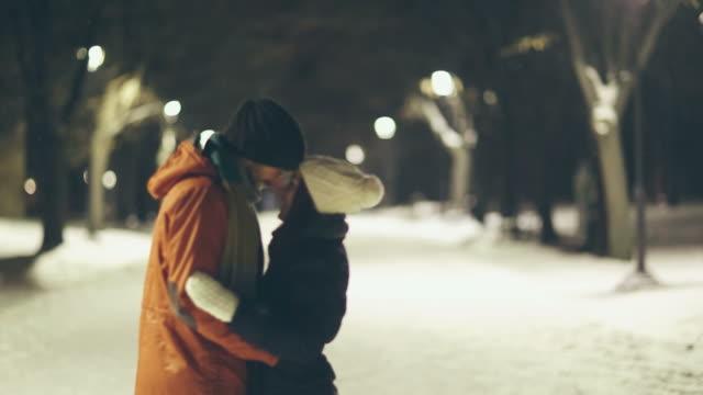 stockvideo's en b-roll-footage met winter love - daten