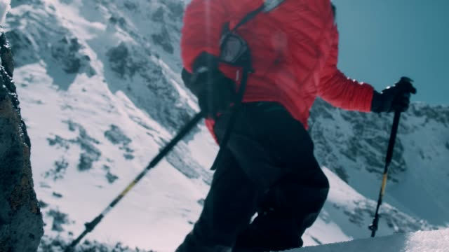 stockvideo's en b-roll-footage met winter bergavontuur. man op een parcours - bergrug