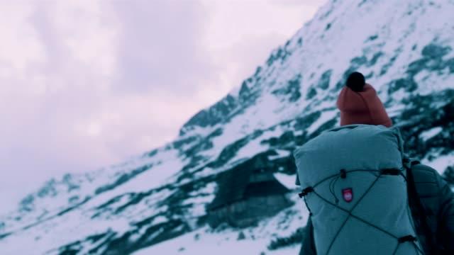 vidéos et rushes de aventure de montagne d'hiver. femme sur un sentier - footpath