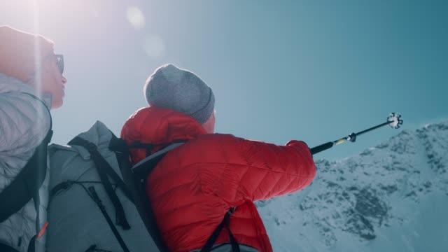 vidéos et rushes de aventure de montagne d'hiver. jeunes couples sur un sentier - footpath