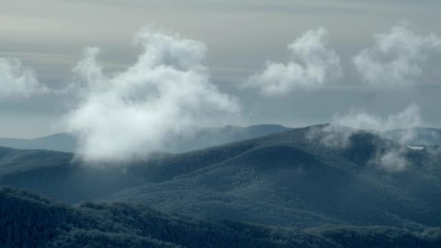 vídeos de stock, filmes e b-roll de paisagem da montanha do inverno. lapso de tempo - forma da água