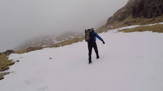vidéos et rushes de winter mountain pov walking - empreinte de pas