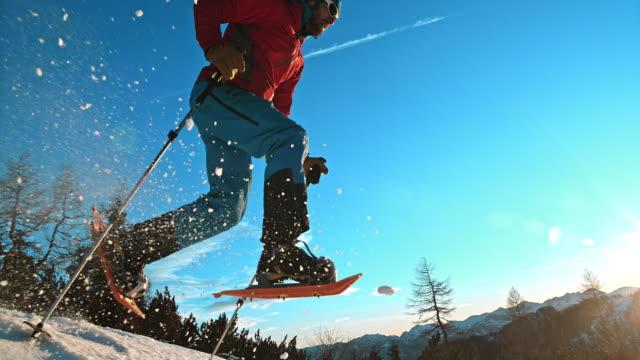 vídeos de stock e filmes b-roll de slo mo ts inverno montanhista andar com snowshoes - bastão de caminhada
