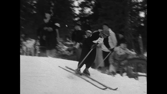 vídeos de stock e filmes b-roll de winter olympics in oslo women's giant slalom event/ cu usa's andrea mead lawrence smiles and puts on goggles / italy's celina seghi adjusts skis /... - roupa de esqui