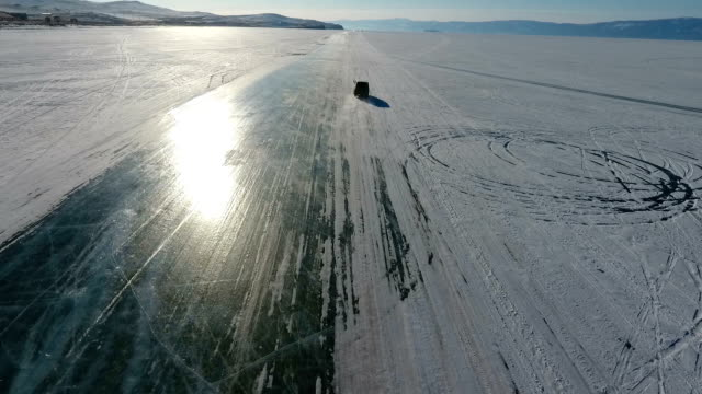 vídeos y material grabado en eventos de stock de winter on lake baikal. ice road along the coast of the olkhon island - terreno extremo