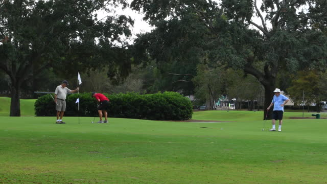 winter park florida golfers playing the old winter park country club golf course putting friends 4k, - clubhouse stock videos & royalty-free footage