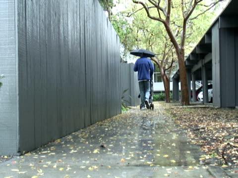 vídeos y material grabado en eventos de stock de invierno lluvia pie - intergénero