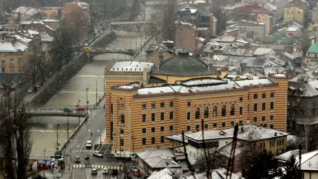 Winter River City Panorama mit Schnee fallen